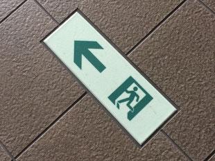 床に通路誘導標識