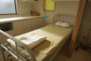 点滴ベッド(障子風の間仕切りで落ち着いて点滴が受けられます。)