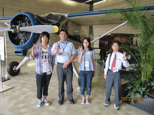 新聞社の中に記念として置かれる取材飛行機。