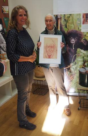 Die Künstlerin übergibt Jane Goodall ein Portrait