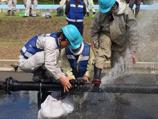 吹き上がる水を抑え修理します。
