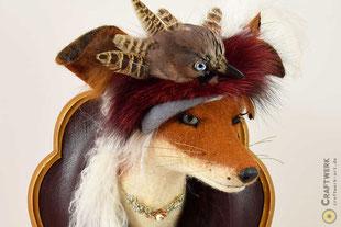 Gefilzter dunkelbraun-weißer Fuchskopf mit schmuckvoller Halskette