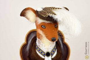 Fuchskopf aus braun-weißem Filz mit Brille und Hut als Trophäe