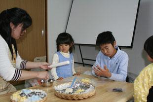 相談室でお菓子作りをしている子どもたち