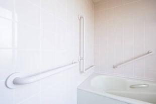 たくさんの手すりを備えている安全なお風呂