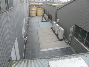 通路ポリカ屋根改修工事:工事前