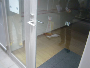 アルミ製框ドア改修工事:工事前