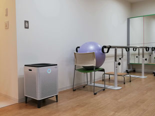 新型コロナウイルス対策としてエメラルド整形外科疼痛クリニックに設置してある空気清浄機、リハビリテーション室