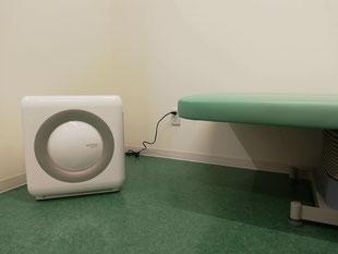 新型コロナウイルス対策としてエメラルド整形外科疼痛クリニックに設置してある空気清浄機、診察室