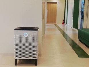 新型コロナウイルス対策としてエメラルド整形外科疼痛クリニックに設置してある空気清浄機、待合室