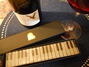 いただいたお土産。なんとこれ、羊羹です。おしゃれ!ナイフを入れるのが恐れ多くてどうしようかと思いつつ、今夜はソから上を頂きました。ワインとも合うということで、一杯。うん、美味しい。