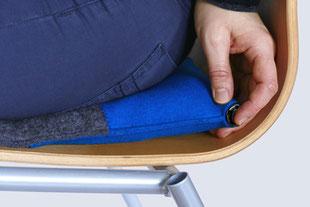 Luftablassen beim grau/blauem Sitzkissen Bürostuhl Pad