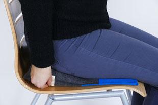 Keilkissen stufenlos einstellen mit dem grau/blauem Flowmo Pad