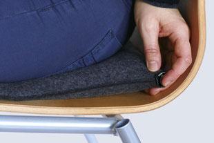 Luftablassen beim anthrazitem Sitzkissen Bürostuhl Pad