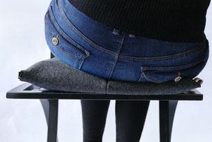 dynamisches Sitzen mit dem anthrazitem Flowmo Pad nach rechts geneigt