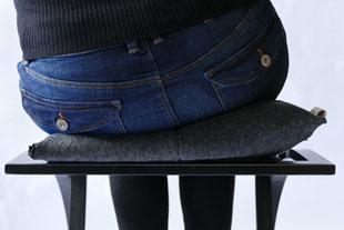 dynamisches Sitzen mit dem anthrazitem Flowmo Pad nach links geneigt