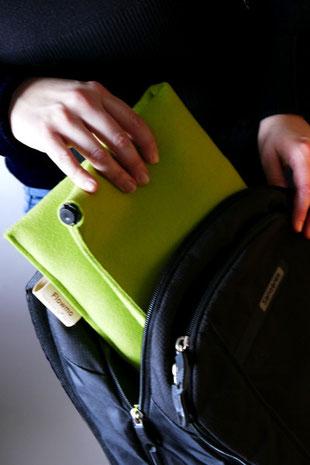 Verstauen in Tasche des hellgrünem Sitzkissen Bürostuhl Flowmo Pad