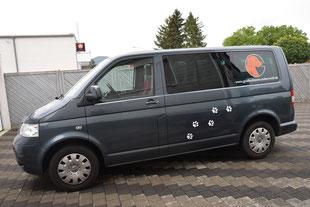 Die neue Autobeklebung mit Logo und Pfotenabdrücken von der Seite...