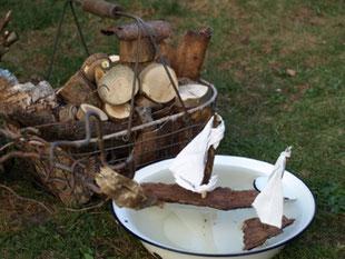 Kleine Segelboote wurden kreativ aus Baumrinde und Tüchern  gestaltet.