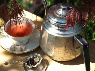 Teestunde Eine gefüllte nostalgische Tasse lädt zur gemütlichen Teerunde ein.