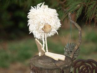 Eine Marionette aus Holzstückeln lächelt den Betrachter an.