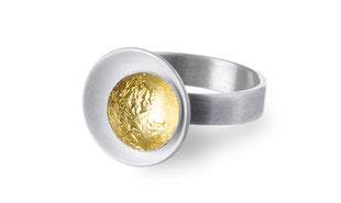 Aurea Ring aus weißlich schimmerndem Silber und sattgelb strahlendem Blattgold .Sie sind durch ihre dezente Größe der perfekte Begleiter im Alltag,  diskret verleihen sie Ihrer Erscheinung die besondere Note.