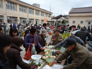 野菜や手作り品の買い物を楽しむ多くの住民