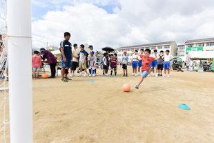 ふれあいまつりでサッカーのストラックアウトを楽しむ小学生