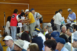 竹の台一斉避難訓練、体育館に住民が避難してきている様子