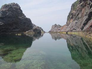 波が入ってこないので水面が鏡のように映ります。