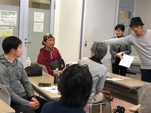 質問に答える菊地講師の写真