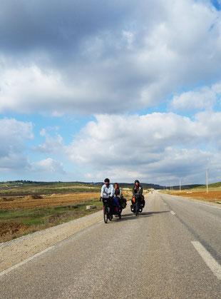 Cylotouristes sur une route Marocaine