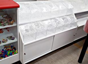 Mueble para dulces con dulceros de acrílico