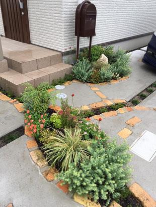 ポスト かわいい外構 広島外構 外構広島 お庭づくり パステル外構 マイホーム 外構 エクステリア 枕木 レンガ