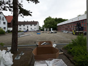 Bevor das Errichten der provisorischen Halle startet, muss das Material bereitgestellt werden.