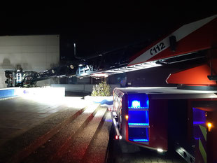 Die Besatzung der Drehleiter testete welche Fenster des Gebäudes mit dem Fahrzeug zu erreichen sind.