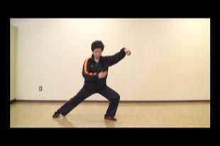 24式太極拳定式17:右下勢独立の静止画像です