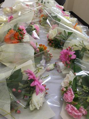 オープニングセレモニーの花束は小分けにし、おみやげにお配りしました