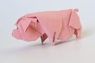 Origamimodell von Daniel Chang, Hängebauchschwein, gefaltet von ihm selbst aus handgeschöpftem Papier