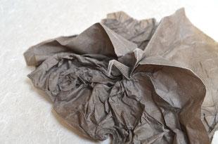 Origamimodell von Melina Hermsen, gefaltet von ihr selbst aus handgeschöpftem Papier