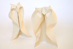 Origamimodelle von Peter Stein, 2 Eulen, gefaltet von ihm selbst aus handgeschöpftem Papier