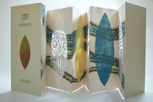 """""""Herbst"""" (2008) - Ein Künstlerbuch mit einem Gedicht von Rainer Maria Rilke aus handgeschöpften Papieren von John Gerard, gestaltet mit Papiergüssen von Ati von Gallwitz."""