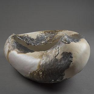Hélène Jous / porcelaine et sables volcaniques, cuisson Anagama, Ø 15 cm / crédit photo : Jérémie Logeay