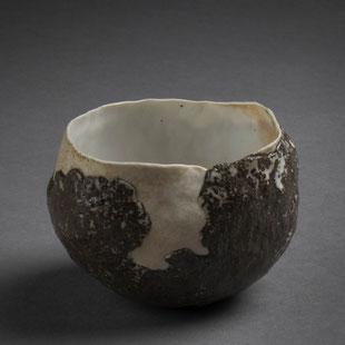 Hélène Jous / porcelaine et sables volcaniques, cuisson Anagama, Ø 10 cm / crédit photo : Jérémie Logeay