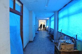 津波被害で窓ガラスのない避難所
