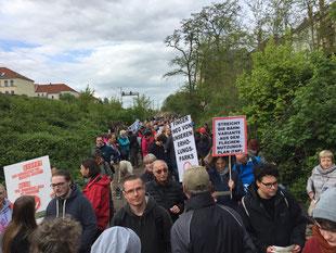 Gruppe von Demonstrationsteilnehmer im Bereich der Karl-Härting-Strasse