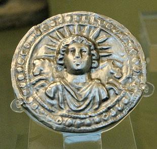 Sol invictus - disque d'argent du IIIe siècle - déclarations et explications d'historiens permettant de comprendre comment les cultes dédiés aux dieux solaires au sein de l'Empire romain ont pu influencer la célébration de Noël.