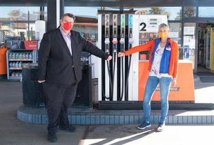 Tankstellen-Pächterin Irene Stockner beklagt, dass ihr Umsatz während der Covid19-Maßnahmen um 50 Prozent eingebrochen ist. Außerdem möchte sie ihr an die Tankstelle angeschlossenes kleines Café endlich wieder aufsperren.