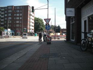 Leider etwas dunkel geraten: Die Radfahrer queren den Siemersplatz auf der Fahrbahn, der Radweg ist unbenutzbar