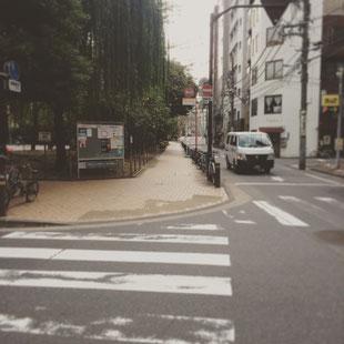 左折した後直進をして頂くと前方に京橋公園が見えてきますので公園の終わるところまでお進みください。